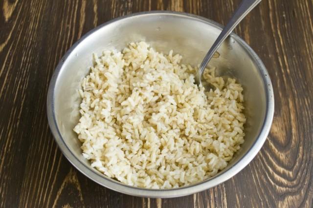Отвариваем коричневый рис. Остужаем и перекладываем в салатник