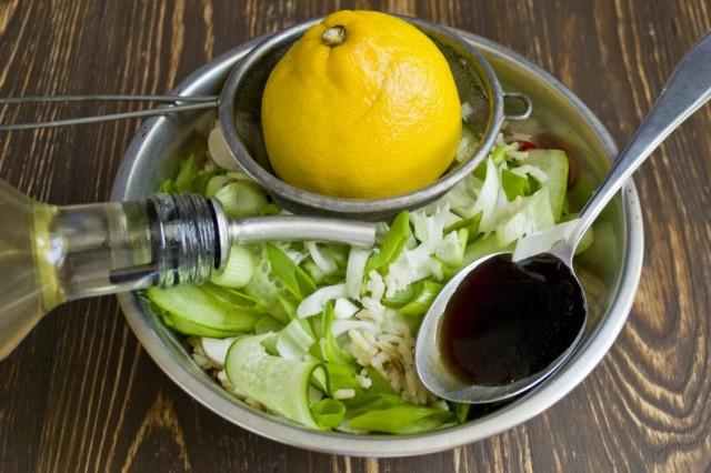 Добавляем сок лимона, соевый соус, растительное масло, соль и специи