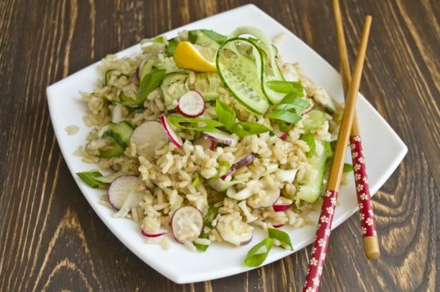 Постный салат с коричневым рисом и овощами