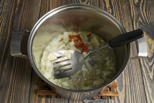 Обжариваем чеснок, острый перец и репчатый лук