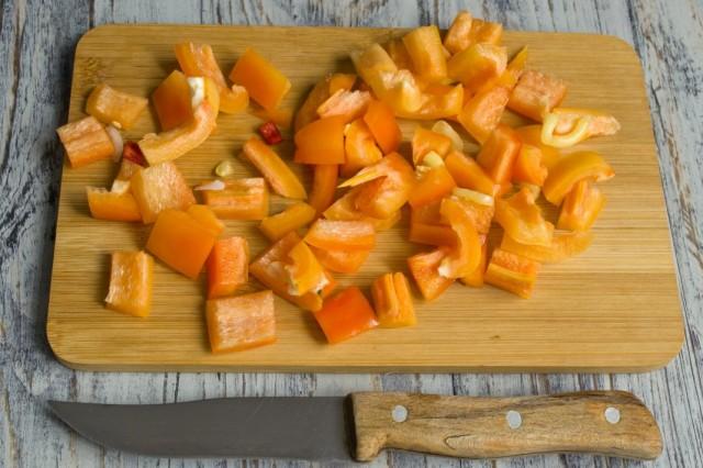 Нарезаем кубиками сладкий перец