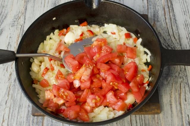 Нарезаем очищенные помидоры