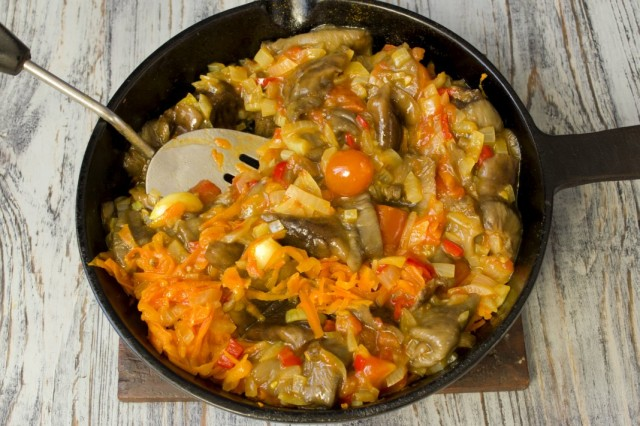 Добавляем в сковороду отваренные опята и тёртую морковь