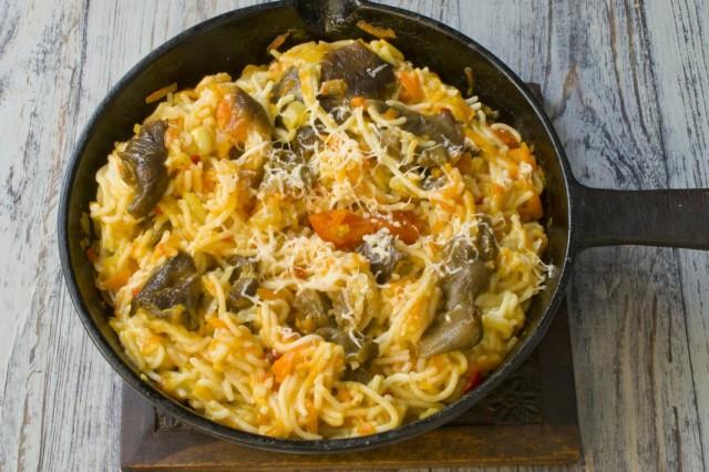 Спагетти с грибами посыпаем сыром и подаем к столу