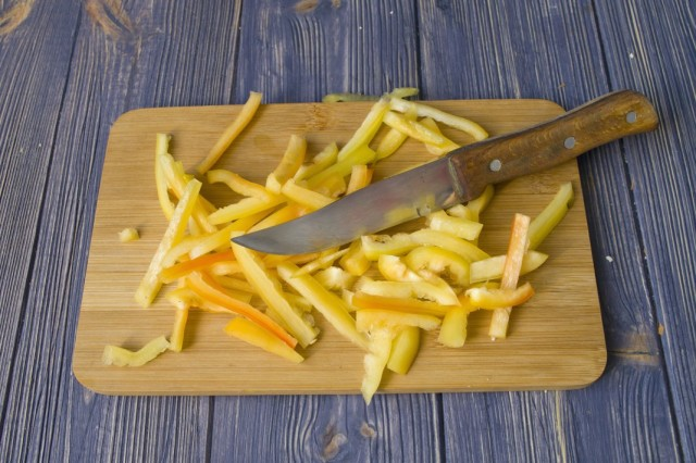 Нарезаем сладкий болгарский перец