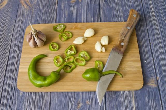 Нарезаем чеснок и острый перец
