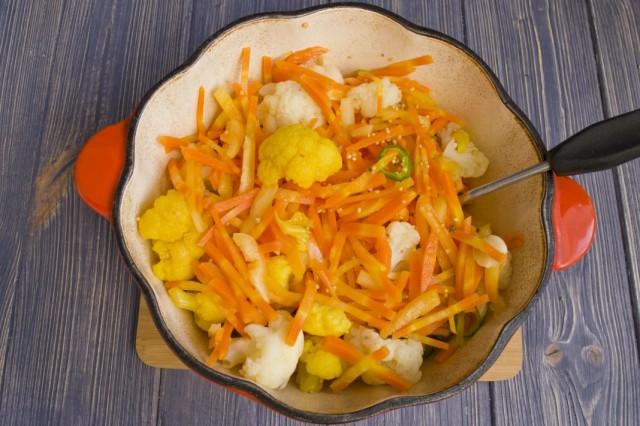 Добавляем к обжарке морковь, затем остальные овощи и специи