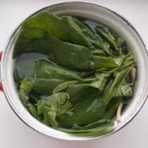 Споласкиваем зелень шпината