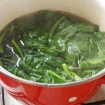 Обвариваем шпинат