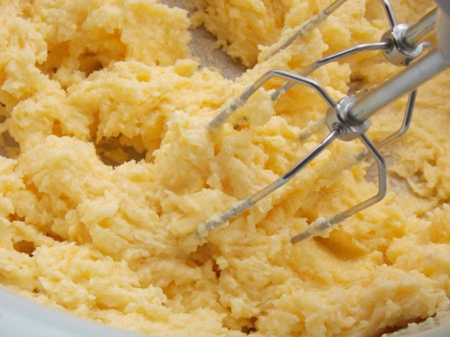 Взбитые желтки смешиваем со сливочным маслом
