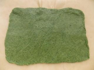Раскатанная пластина зелёного теста