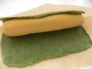 Оборачиваем белое тесто зелёным