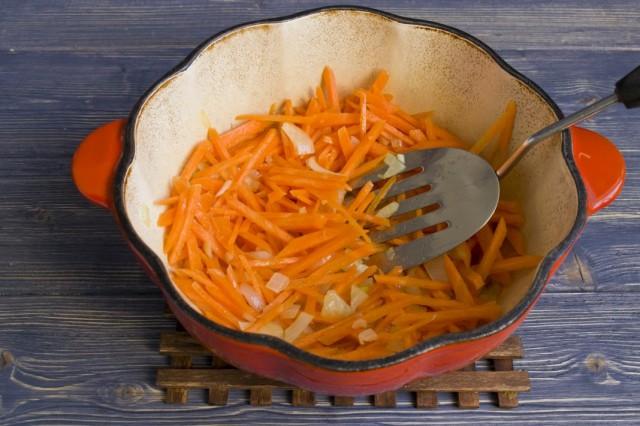 Добавляем в кастрюлю натёртую морковь