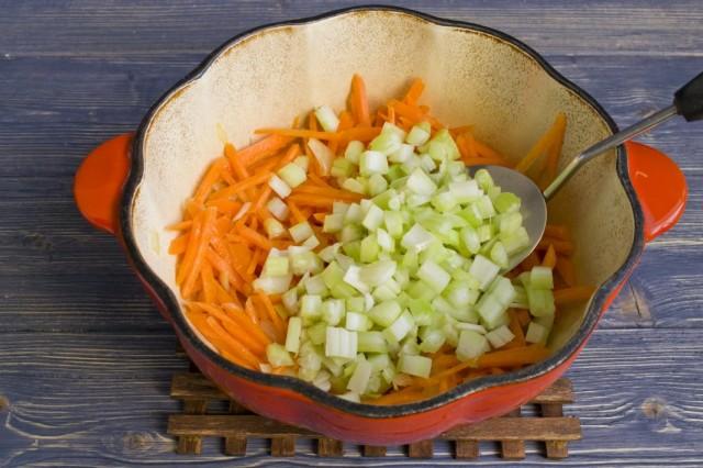 Обжариваем с морковью и луком стебли сельдерея