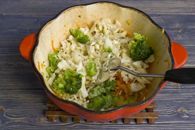 Кладём в кастрюлю нарезанную белокочанную капусту и брокколи