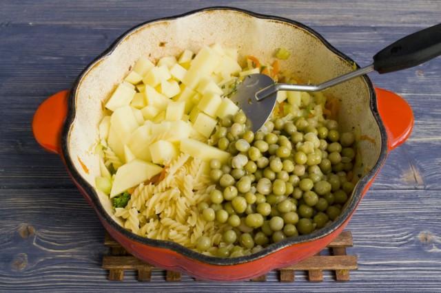 К тушеным овощам добавляем картофель и консервированный горошек