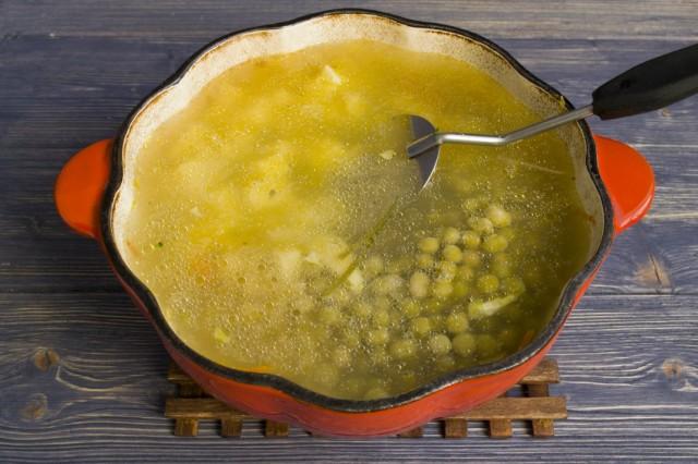 Заливаем овощи бульоном, добавляем специи и ставим вариться