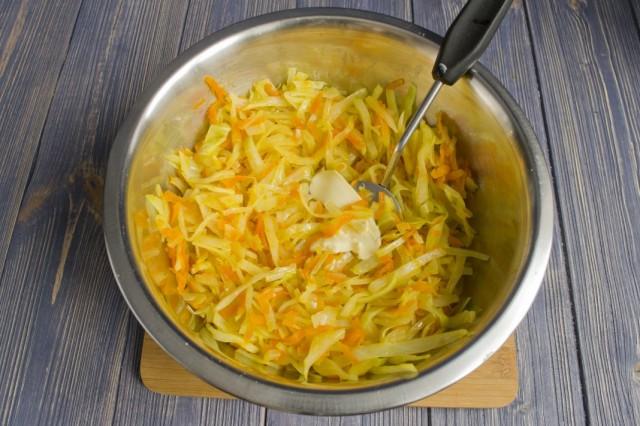 Смешиваем в миске тушеные овощи и сливочное масло