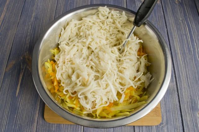 Добавляем к овощам отваренные спагетти