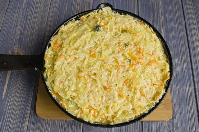 Выкладываем тесто для запеканки из макарон с творогом и капустой в разогретую сковороду