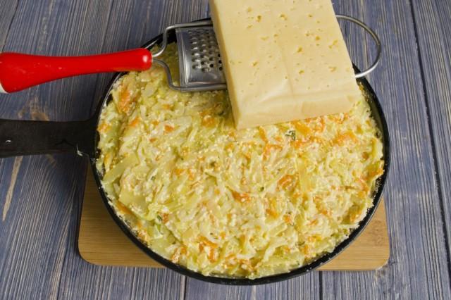 Натираем на мелкой тёрке сыр
