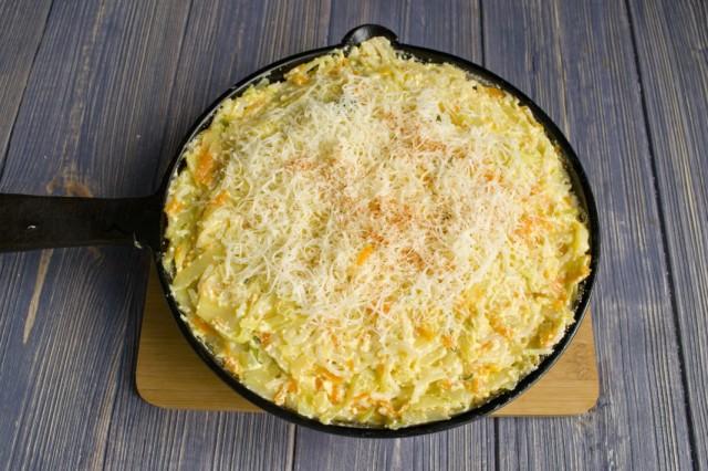 Распределяем натёртый сыр по тесту равномерно, сверху присыпаем паприкой