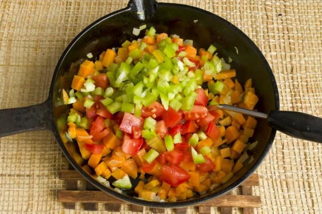 Добавляем к обжариванию нарезанные помидоры и болгарский перец