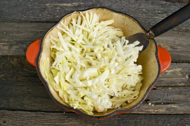 Добавляем шинкованную белокочанную капусту