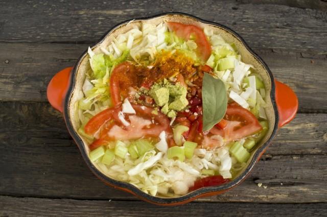 Заливаем овощи холодной водой, добавляем специи и ставим варится