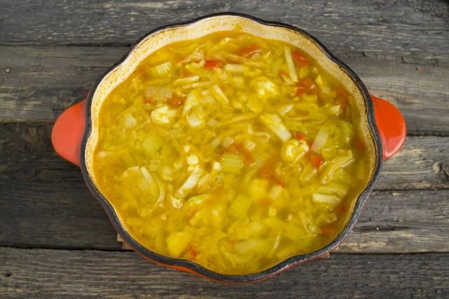 Доводим суп до кипения и варим на маленьком огне до готовности