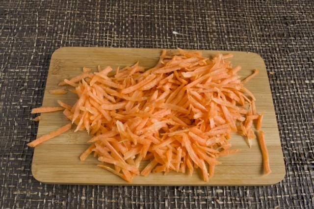 Натираем морковь и обжариваем с луком и грибами