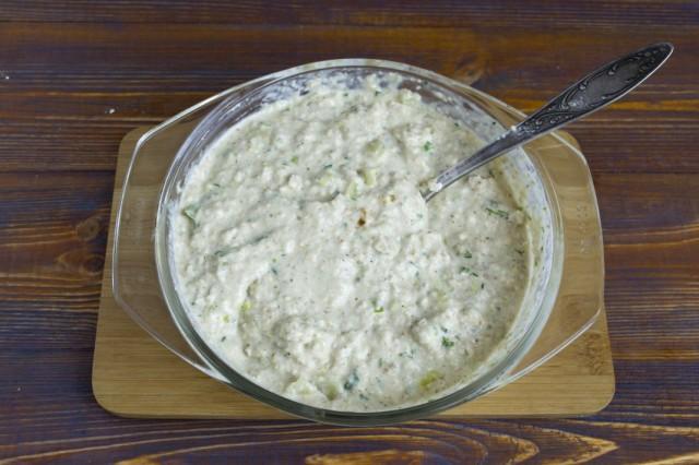 Добавляем соль и перемешиваем ингредиенты