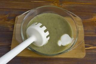 Добавляем сметану и измельчаем ингредиенты блендером