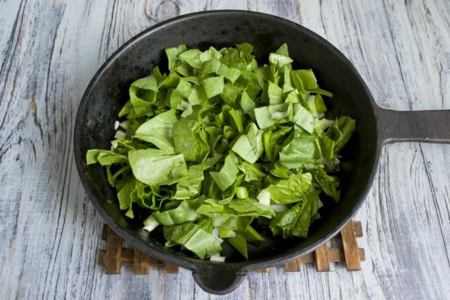 Тушим шпинат с обжаренным зелёным луком