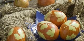 Крашеные яйца к Пасхе украшенные листиками петрушки