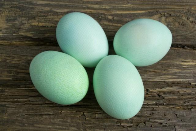 Ополаскиваем окрашенные яйца в холодной воде