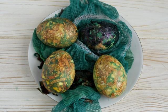 Остужаем яйца холодной водой, снимаем марлю и смываем шелуху