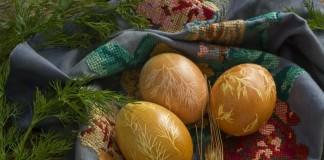 Пасхальные яйца покрашенные с помощью куркумы, луковой шелухи, марли и укропа