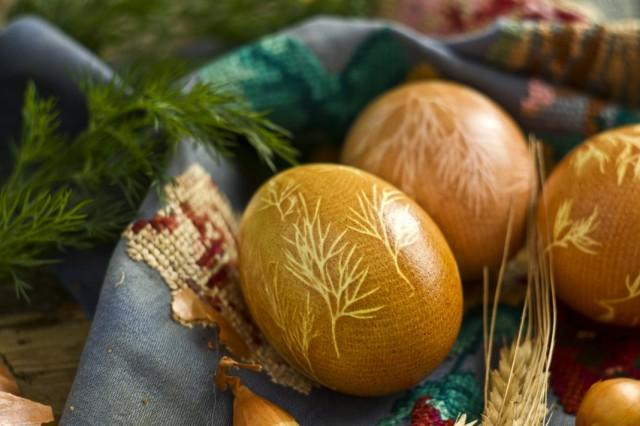 Пасхальные яйца, покрашенные с помощью куркумы, луковой шелухи, марли и укропа