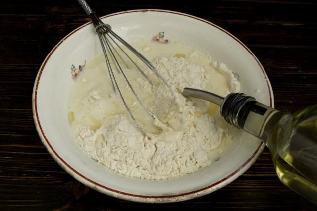 Добавляем муку, соду, разрыхлитель и растительное масло