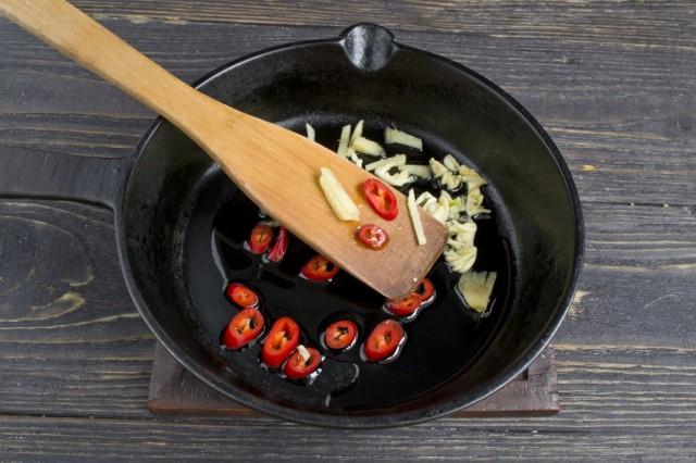 Обжариваем острый перец чили и имбирь