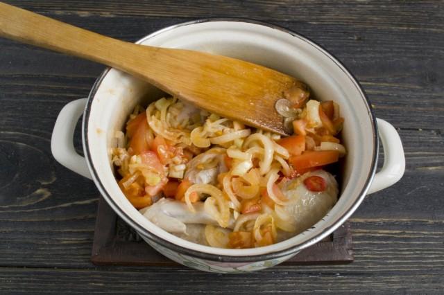 Добавляем в кастрюлю обжаренные с луком и чесноком томаты