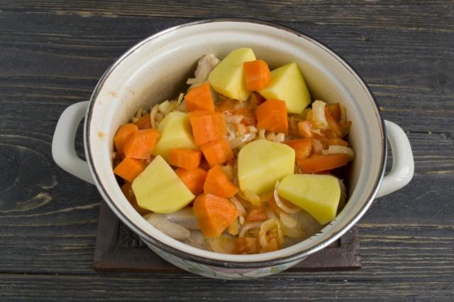 Нарезаем крупно морковь и картофель