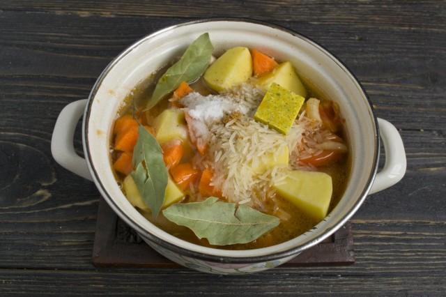 Заливаем горячей водой, солим, добавляем лавровый лист и ставим суп варится