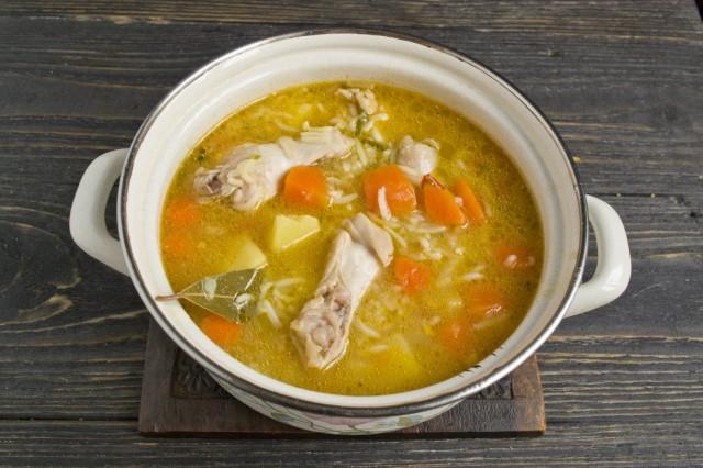 Варим суп до готовности овощей и куриных крылышек