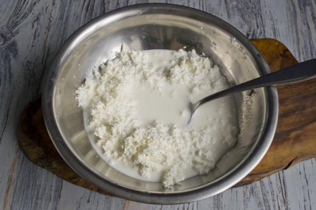 Смешиваем протёртый творог с молоком или сливками