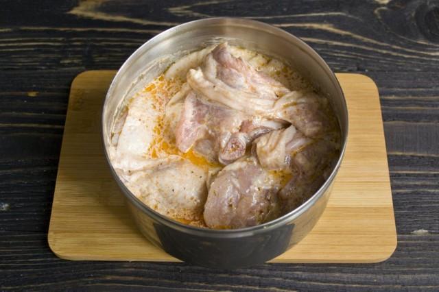 Замачиваем куриные бёдра в маринаде