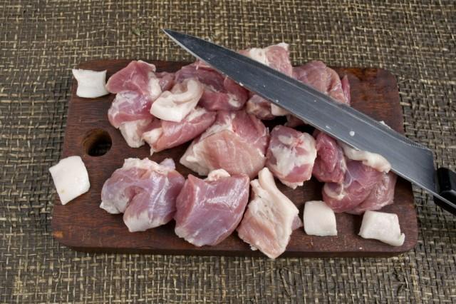 Нарезаем свинину и сало
