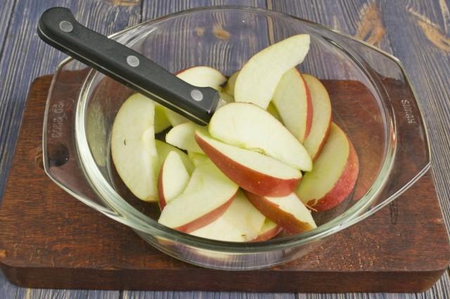 Вырезаем сердцевину и нарезаем яблоки