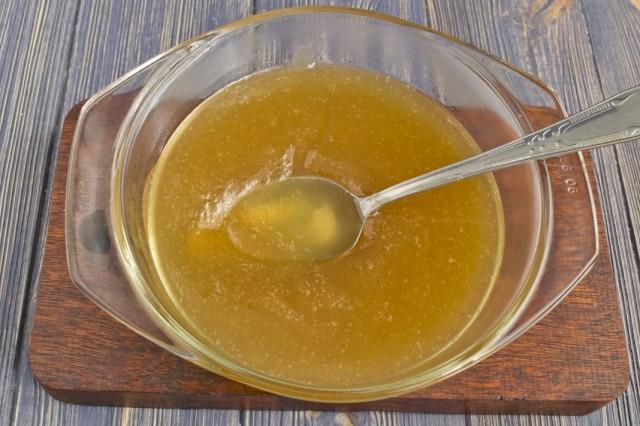 Смешиваем яблочное пюре и желатин